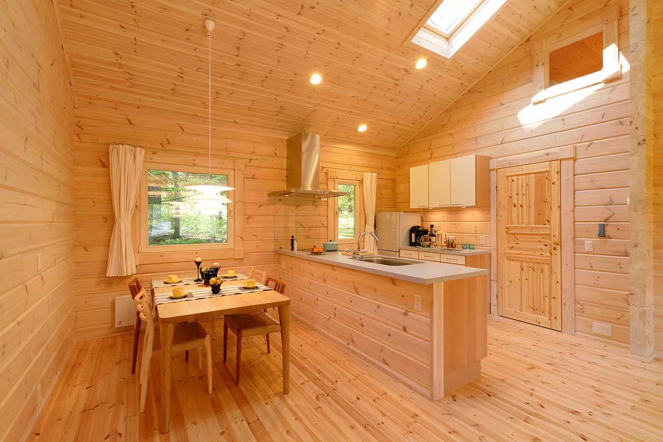 大きな窓や天窓を設置したリビングキッチン