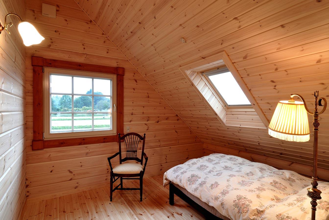 主寝室の窓からは日中は周囲の山々のパノラマを、夜には満天の星空を望みます。<br /> お気に入りのアンティークの家具に囲まれ、仕事中の緊張感がほどけていく、寛ぎの時間が流れます。