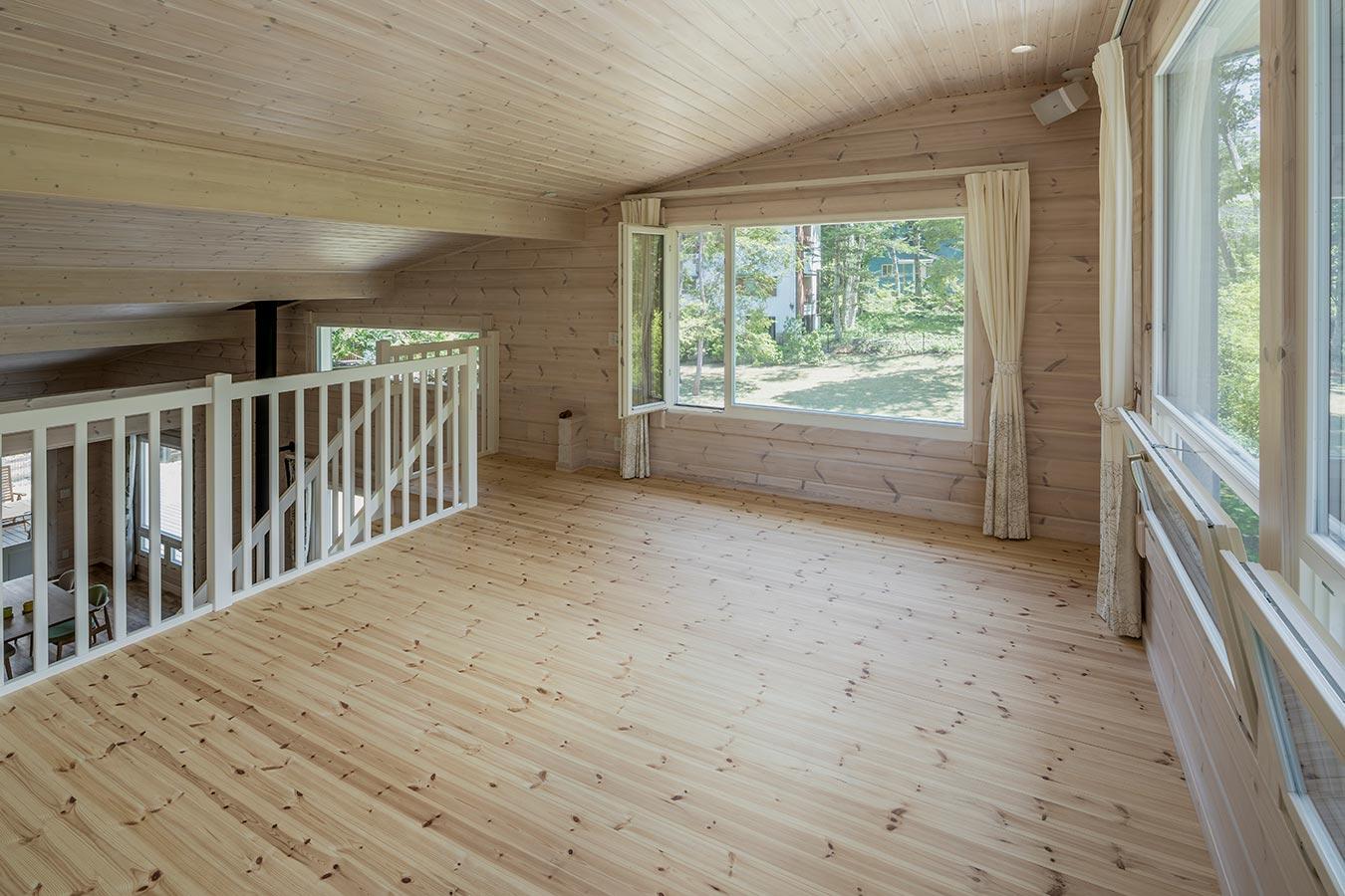 2方向に大きな窓を設け室内を一望できるロフト。書斎やゲストスペースに。