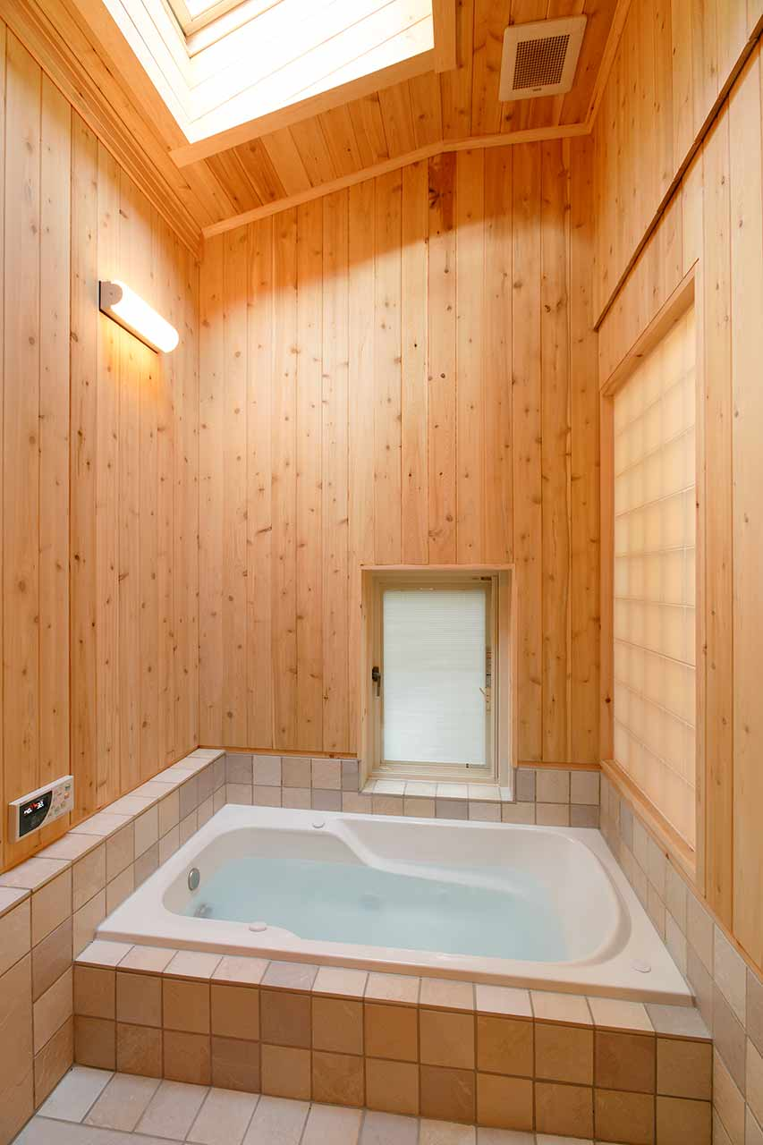 天窓を設置し明るいバスルーム