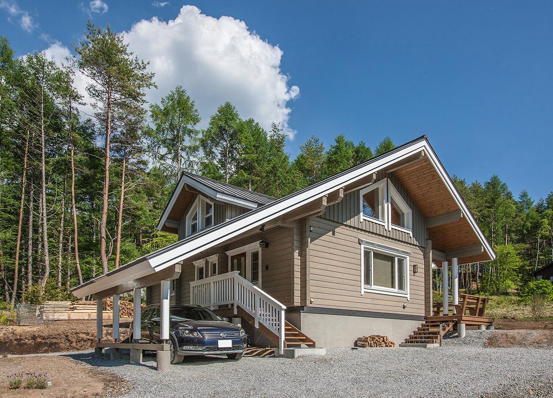 軒を伸ばして車寄せスペースを設け、生活の利便性を考えたログハウス