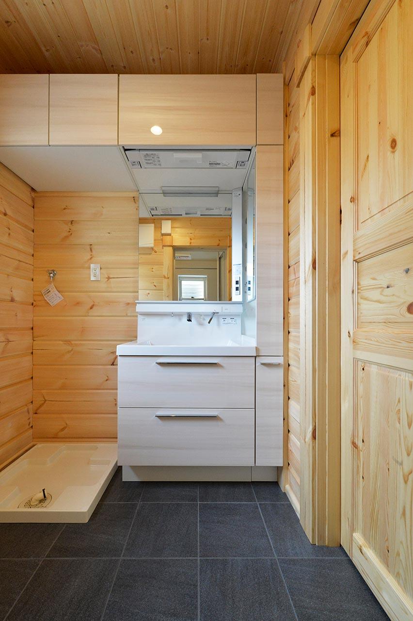 木のぬくもり溢れる洗面脱衣所