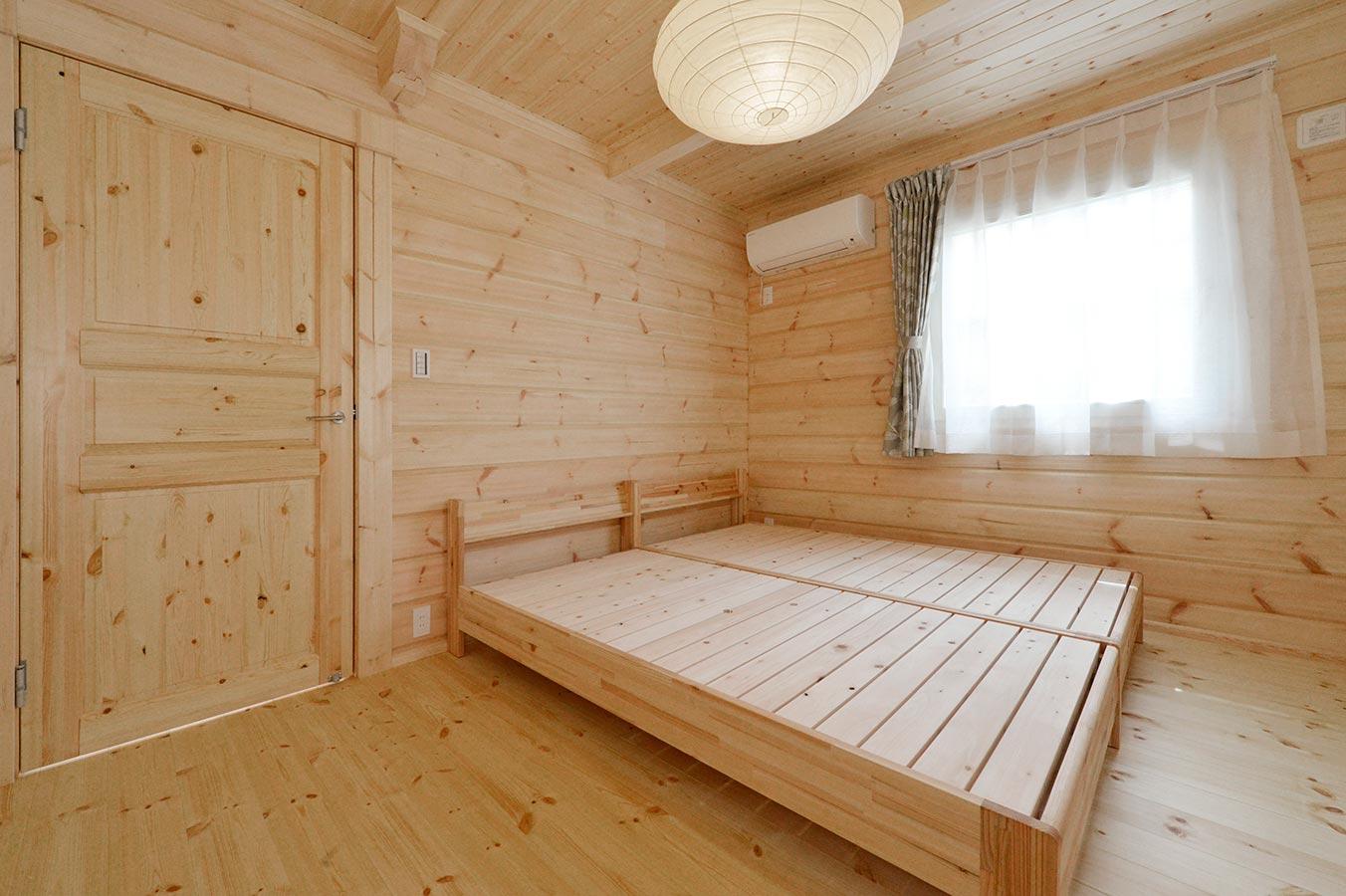 収納力もある広いベッドルーム