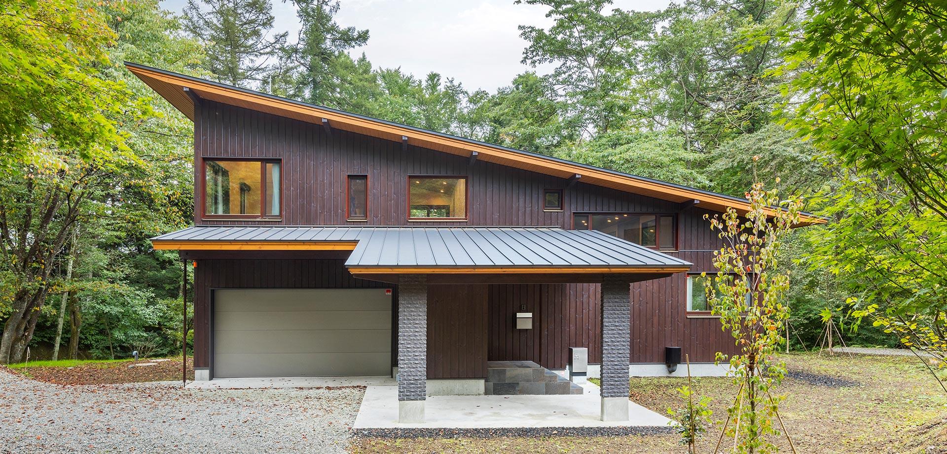 エントランスの反対側には小川の流れるロケーションに建つ片流れ屋根の家
