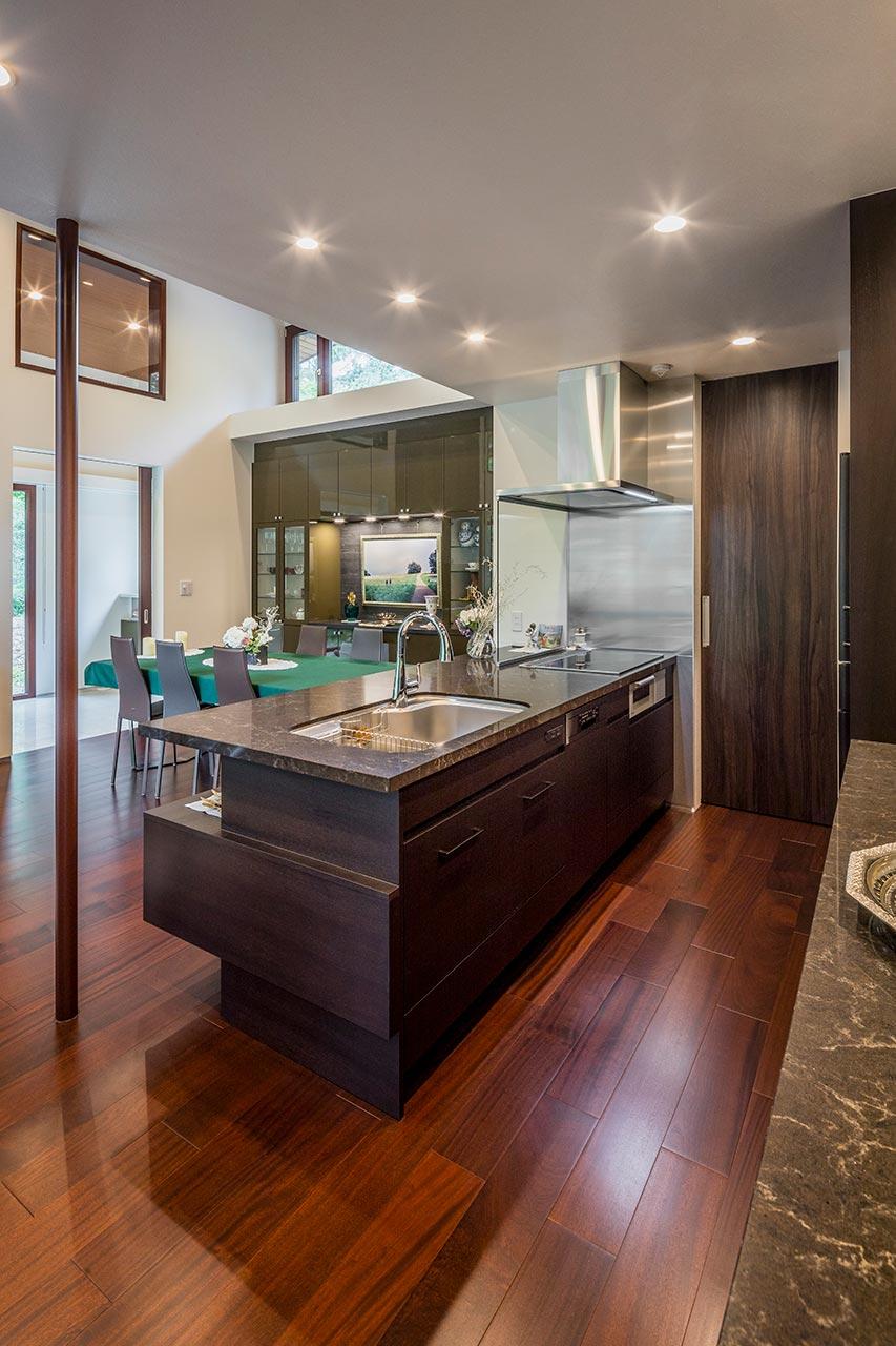 キッチン横を含めた室内ドアは、天井までドアの高さがあり空間を広く明るく見せてくれます
