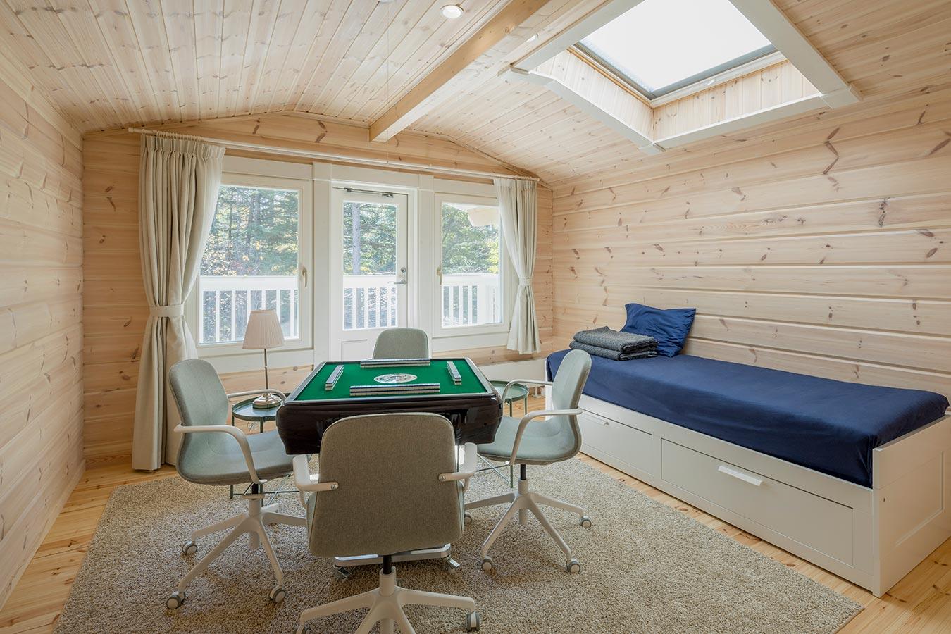 趣味の麻雀を存分に楽しめるよう簡易ベッドも設置。