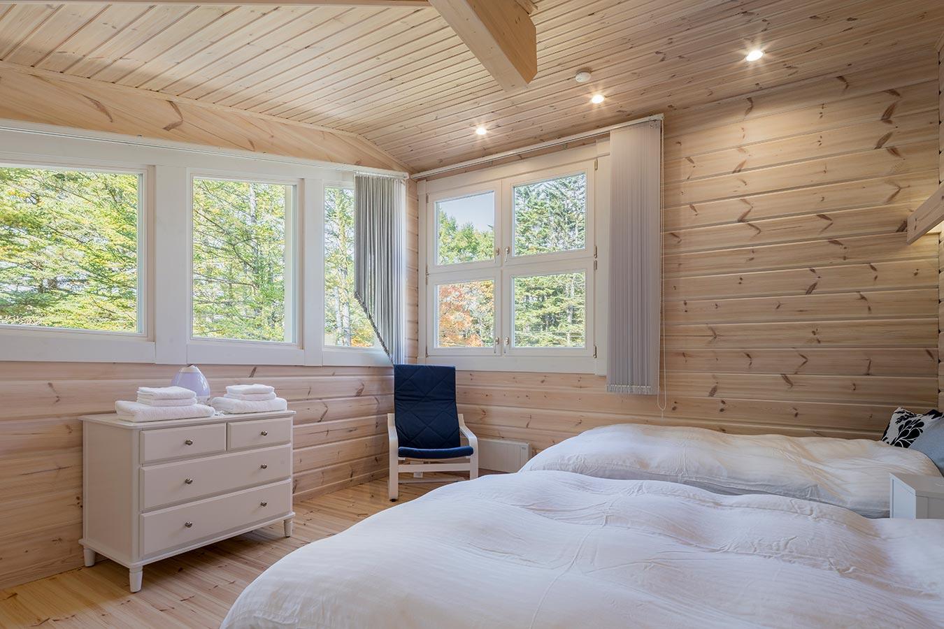 屋根の形に沿って設置されたデザイン窓から望む景色