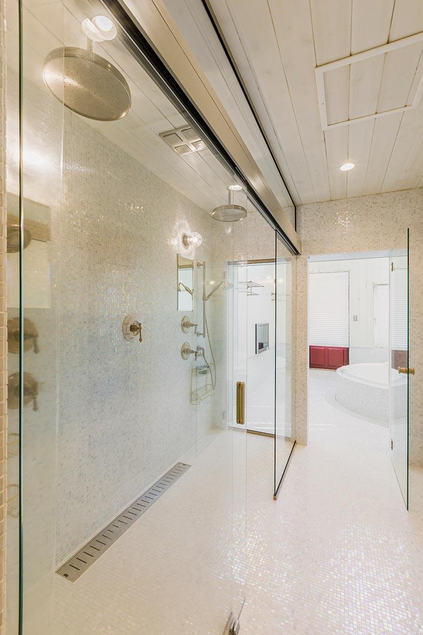 バスルームとは別に設けたガラス張りのシャワー室