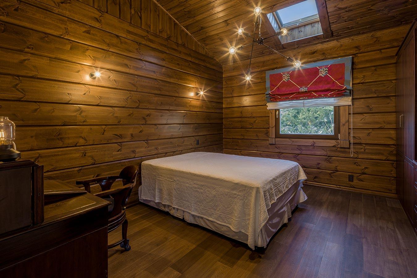 天窓と、星のようなライトが特徴のベッドルーム