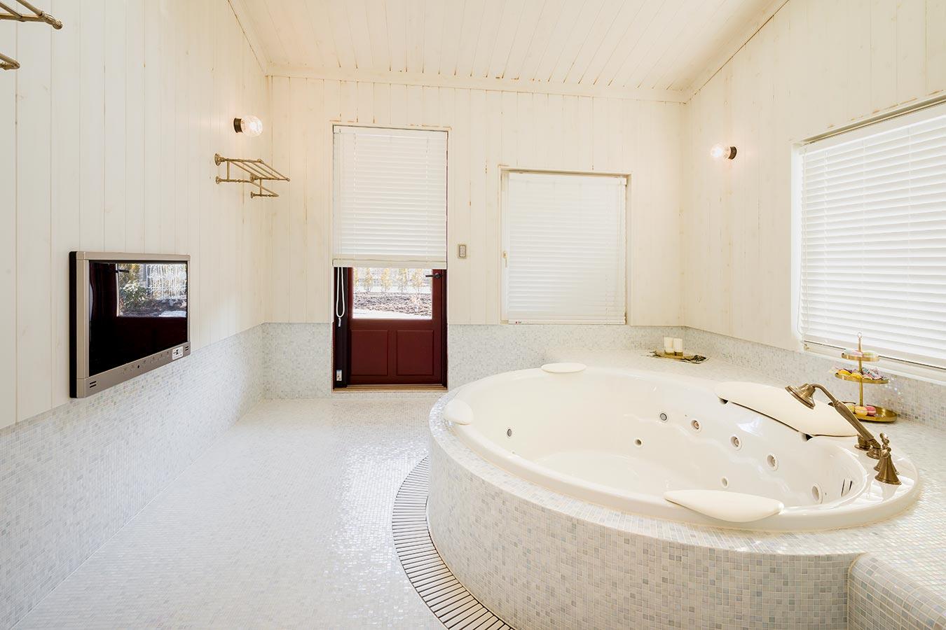 洗面所と連動し、金の装飾がアクセントのバスルーム