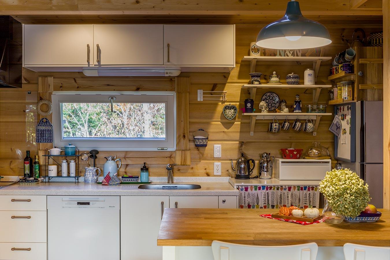 I型キッチンの壁には、世界各地で求めた思い出の品々も飾られています