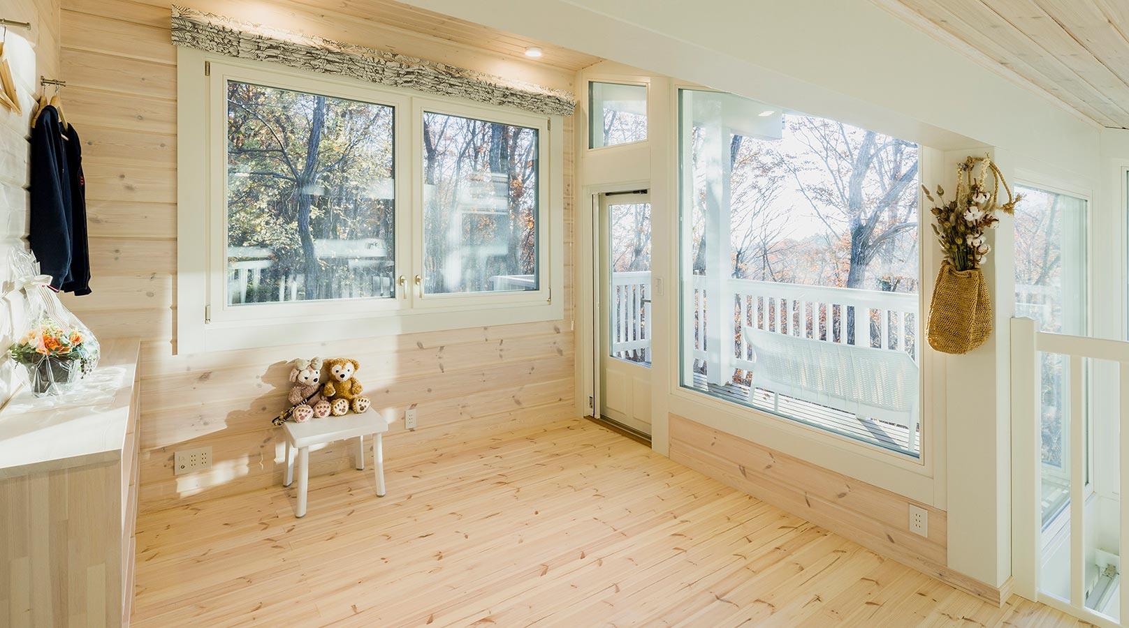 ロフトのフリースペース。大きな窓により、日中は自然光だけで明るく快適です。