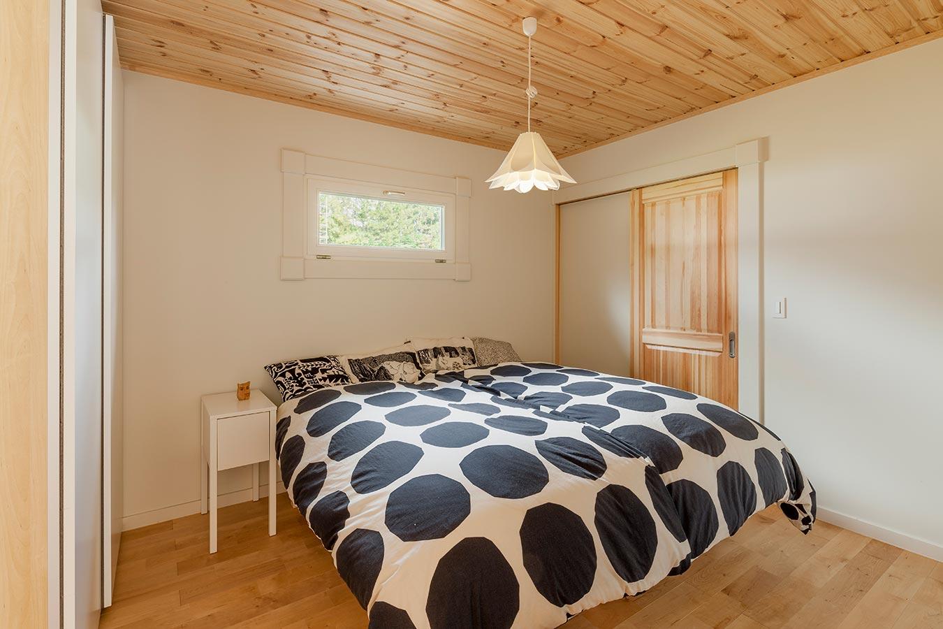 十分な天井の高さを備えた2階の寝室。