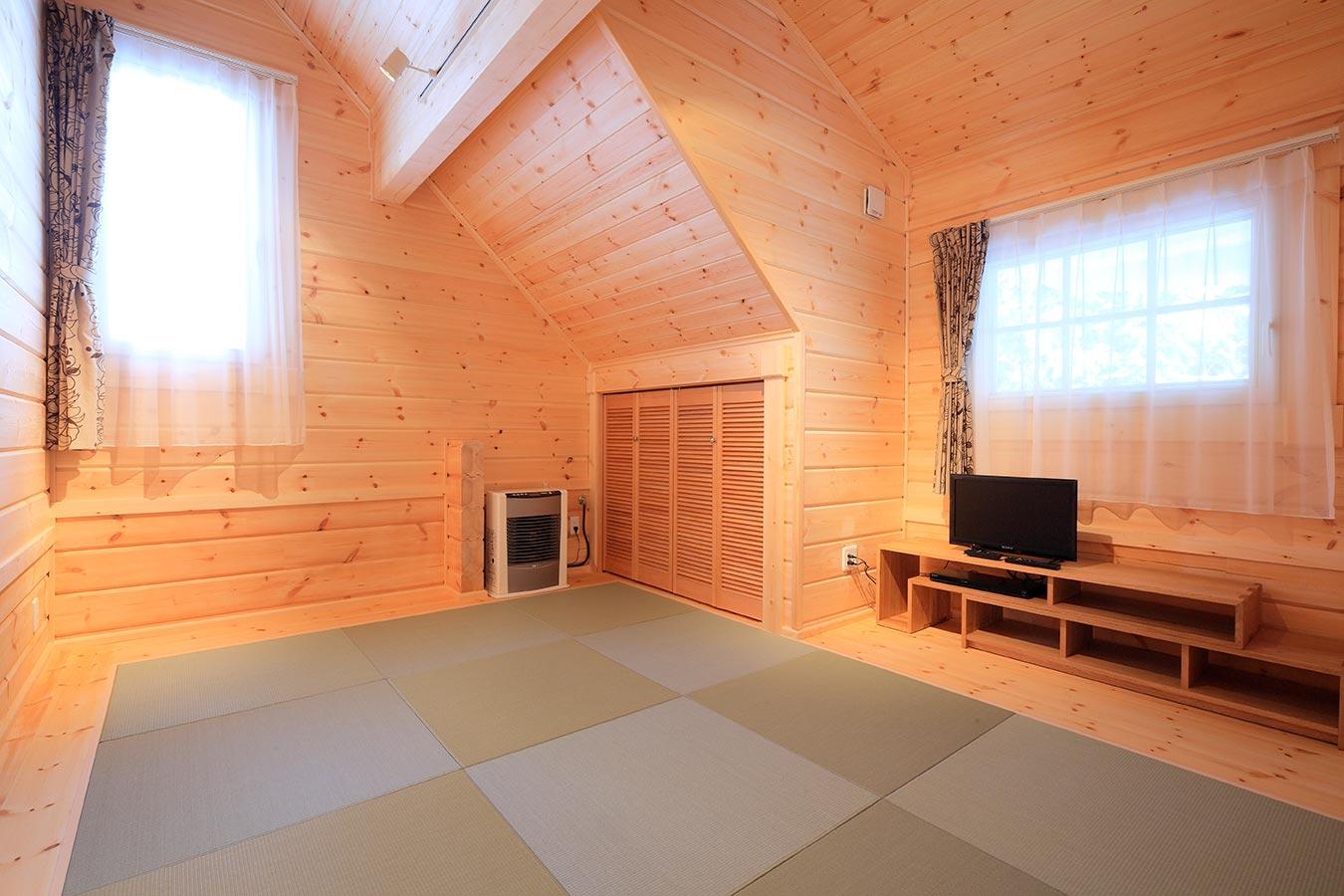 収納スペースも設けた明るい和室
