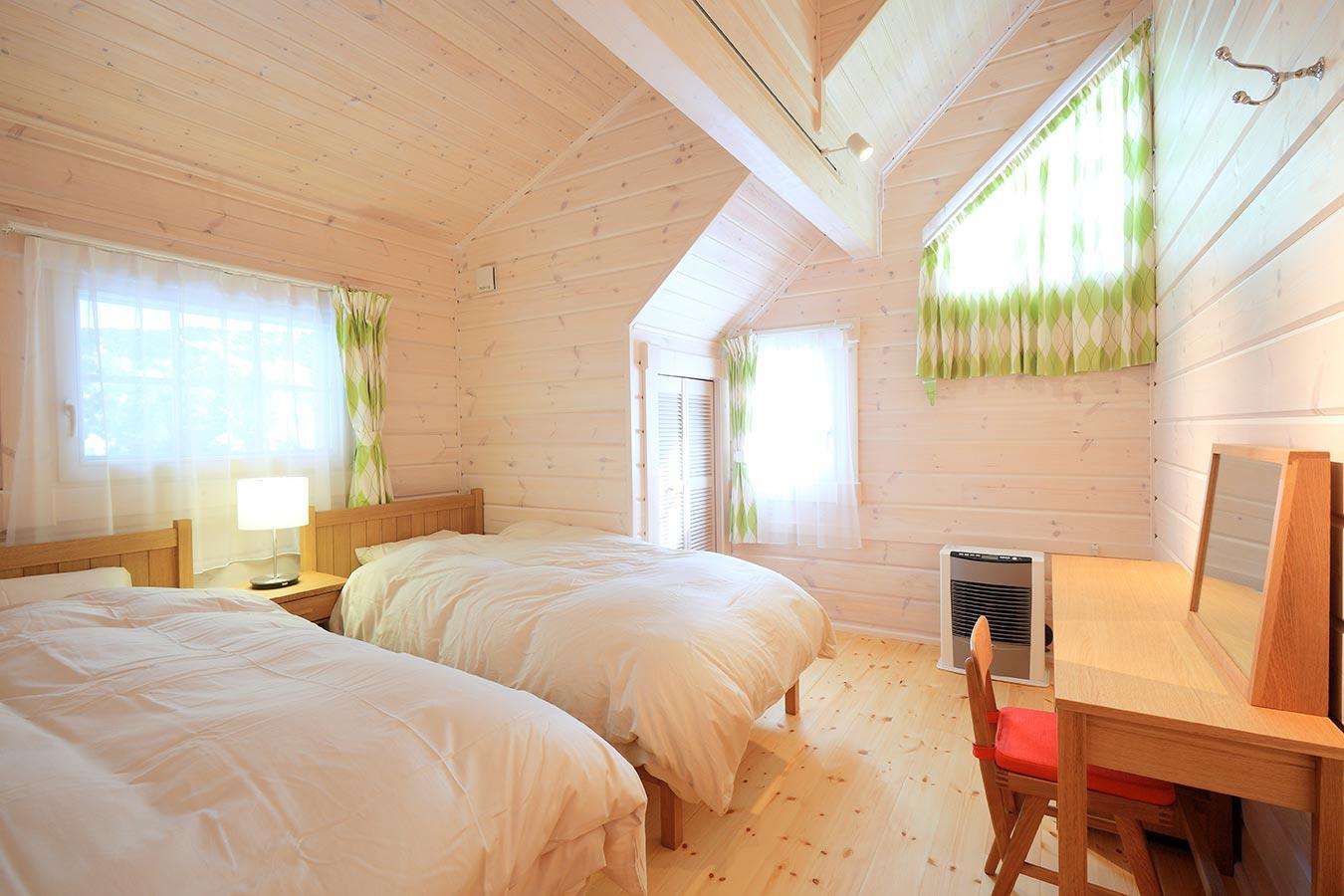 天井が高く、ゆったりと寛げるベッドルーム