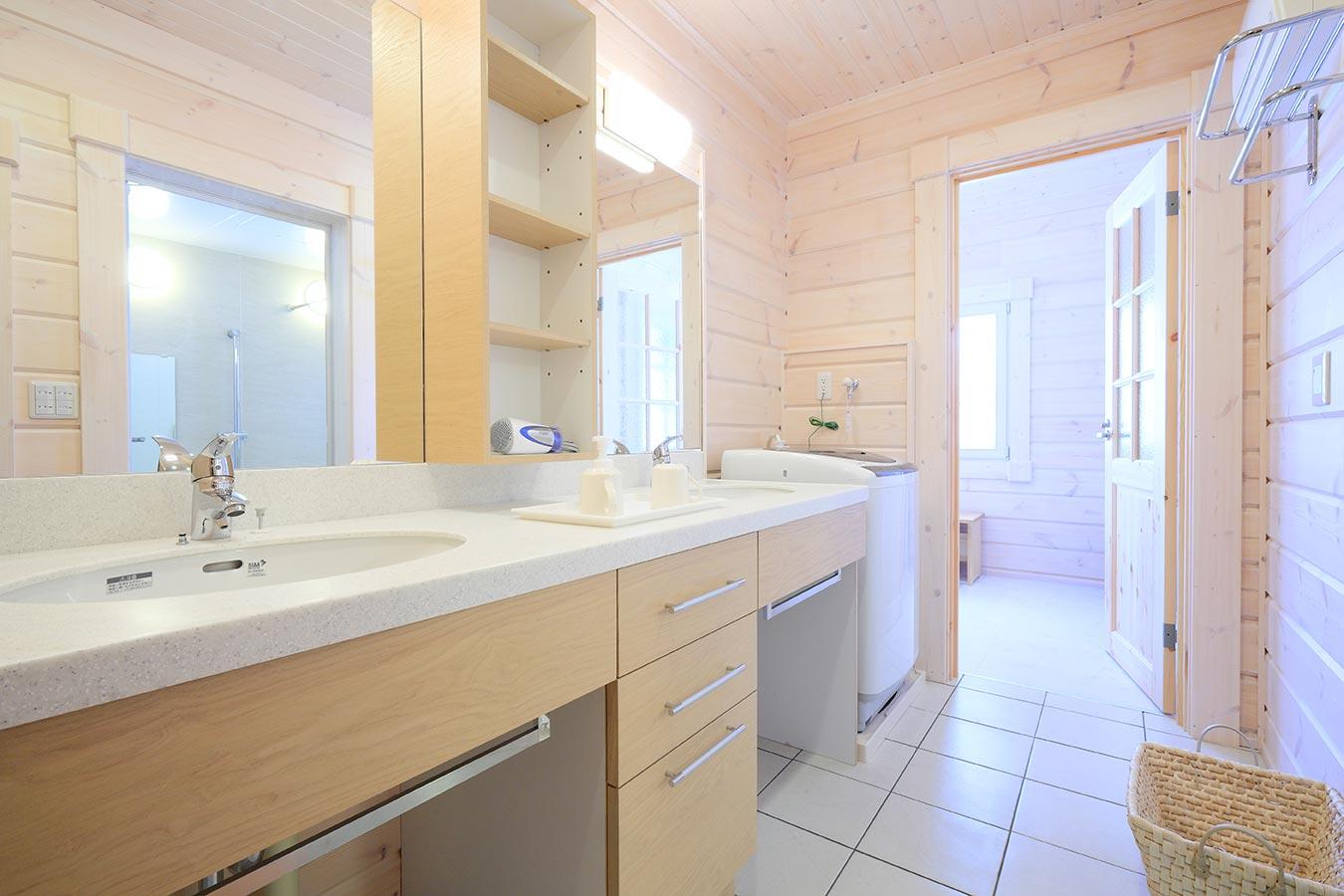 サウナの休憩場所としても利用できる洗面脱衣所。タイル張りの床は、お手入れも簡単です。