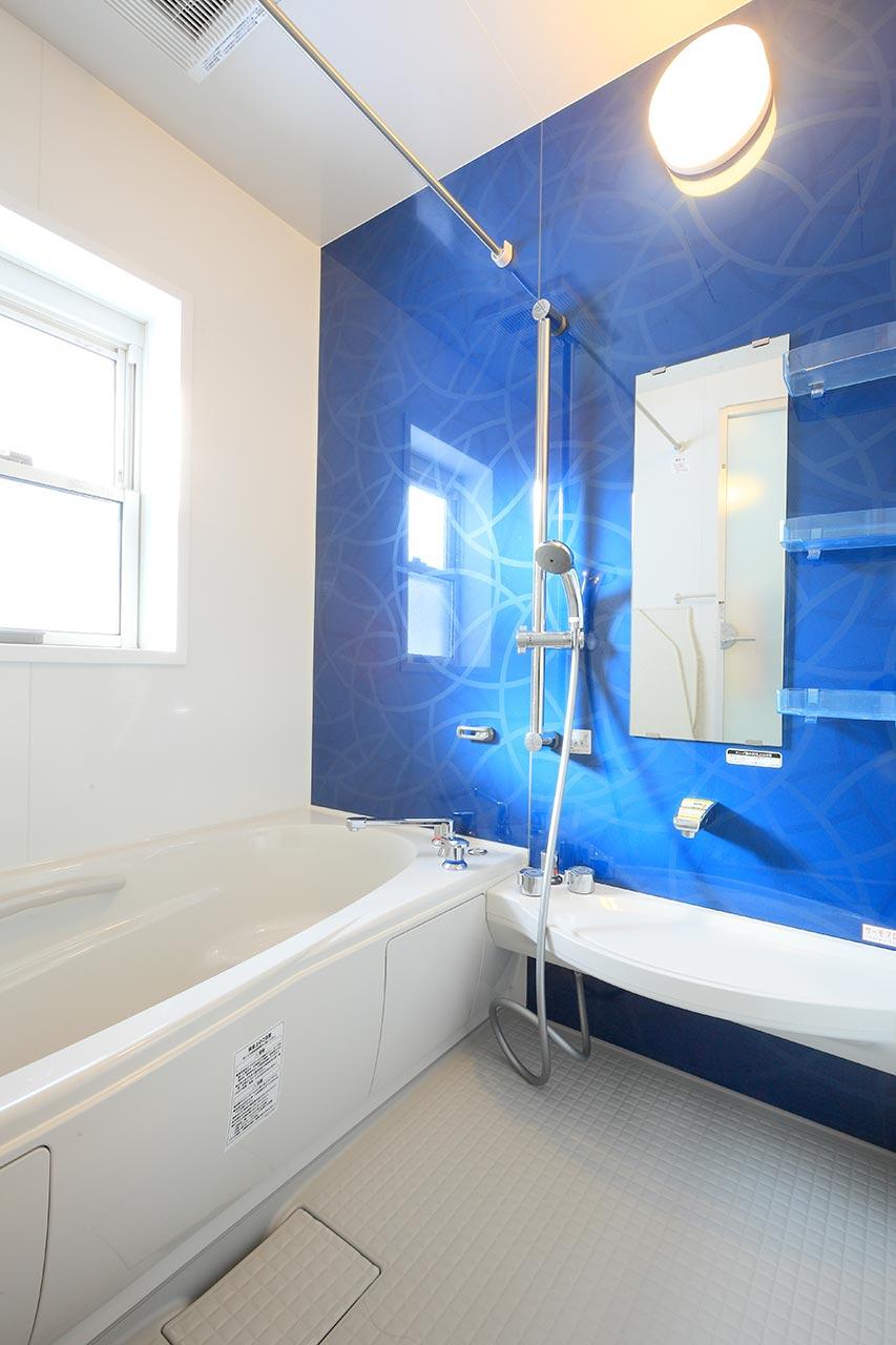 青色が目を引くバスルーム