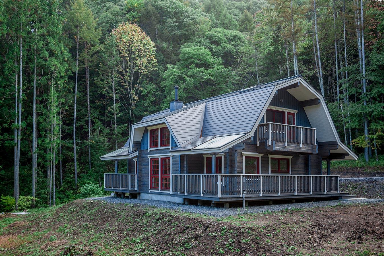 マンサード屋根が豊かな森を背に強い個性を感じさせます。