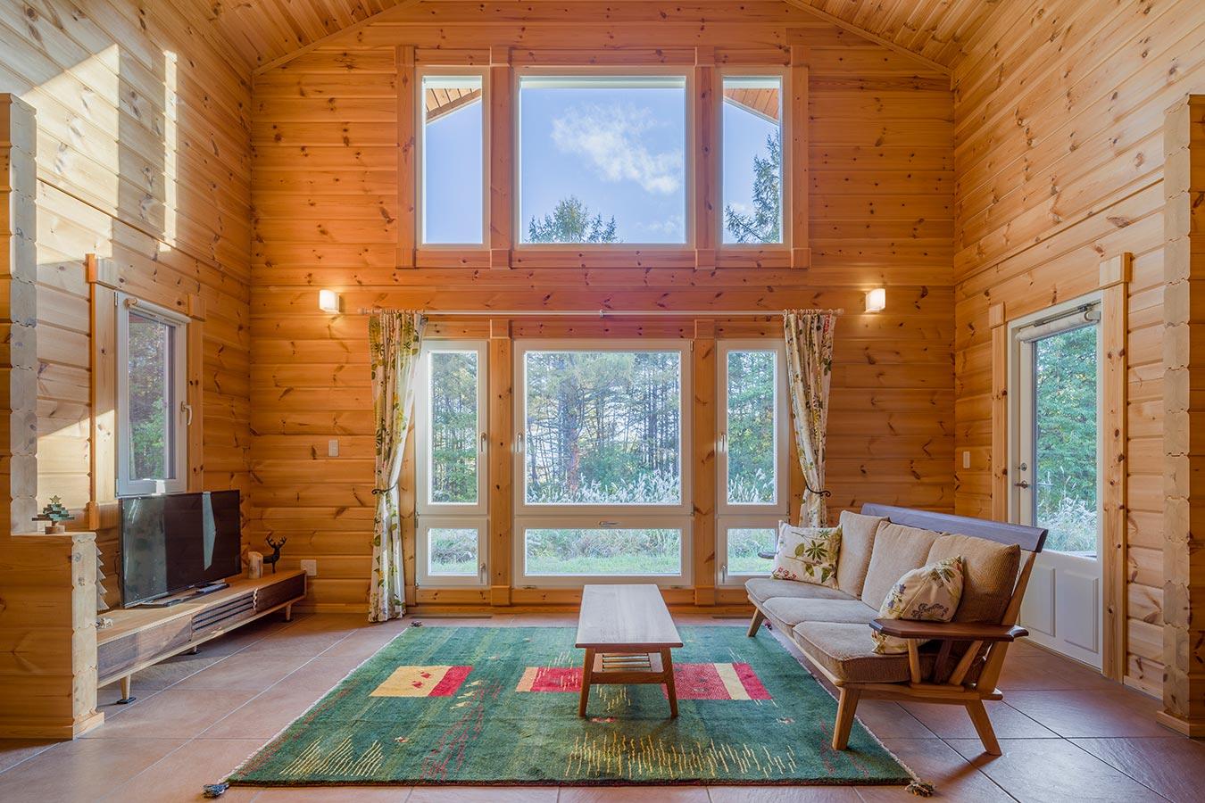 「プイスト」の特長といえるのがリビング正面の大きな窓。朝から夕方まで陽射しを届けます。