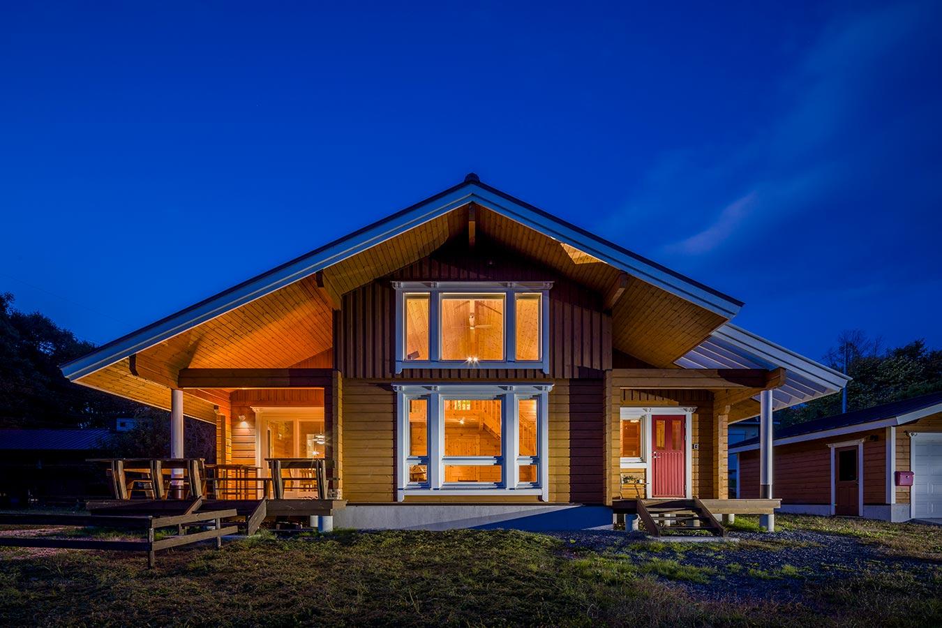 陽が落ちると室内の灯りが大きな屋根に反射し、立体感を際立たせます。