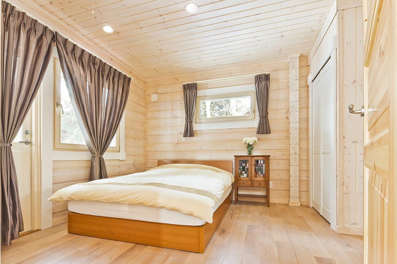 収納スペースも確保した、あたたかい光の射すベッドルーム