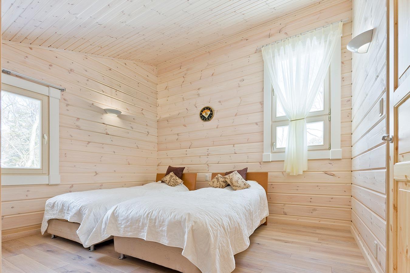 白色で塗装されたやわらかな空間のベッドルーム