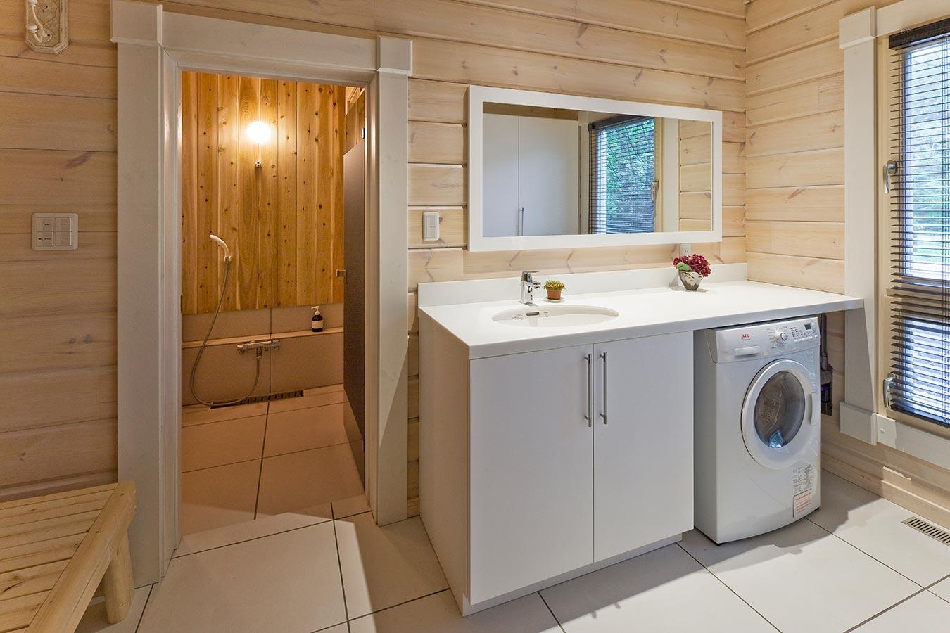 サウナの休憩スペースも兼ねた洗面脱衣所