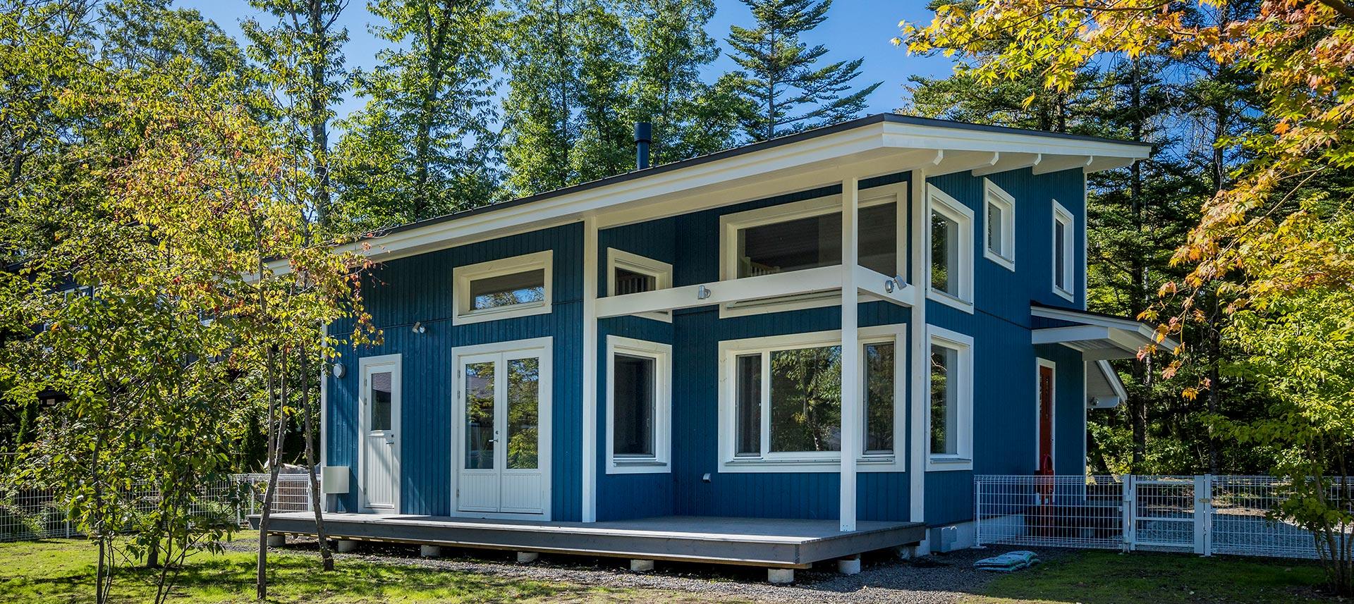 ブルーの外壁に、窓とケーシングをホワイトに塗装。一層爽やかな印象の外観に仕上がりに