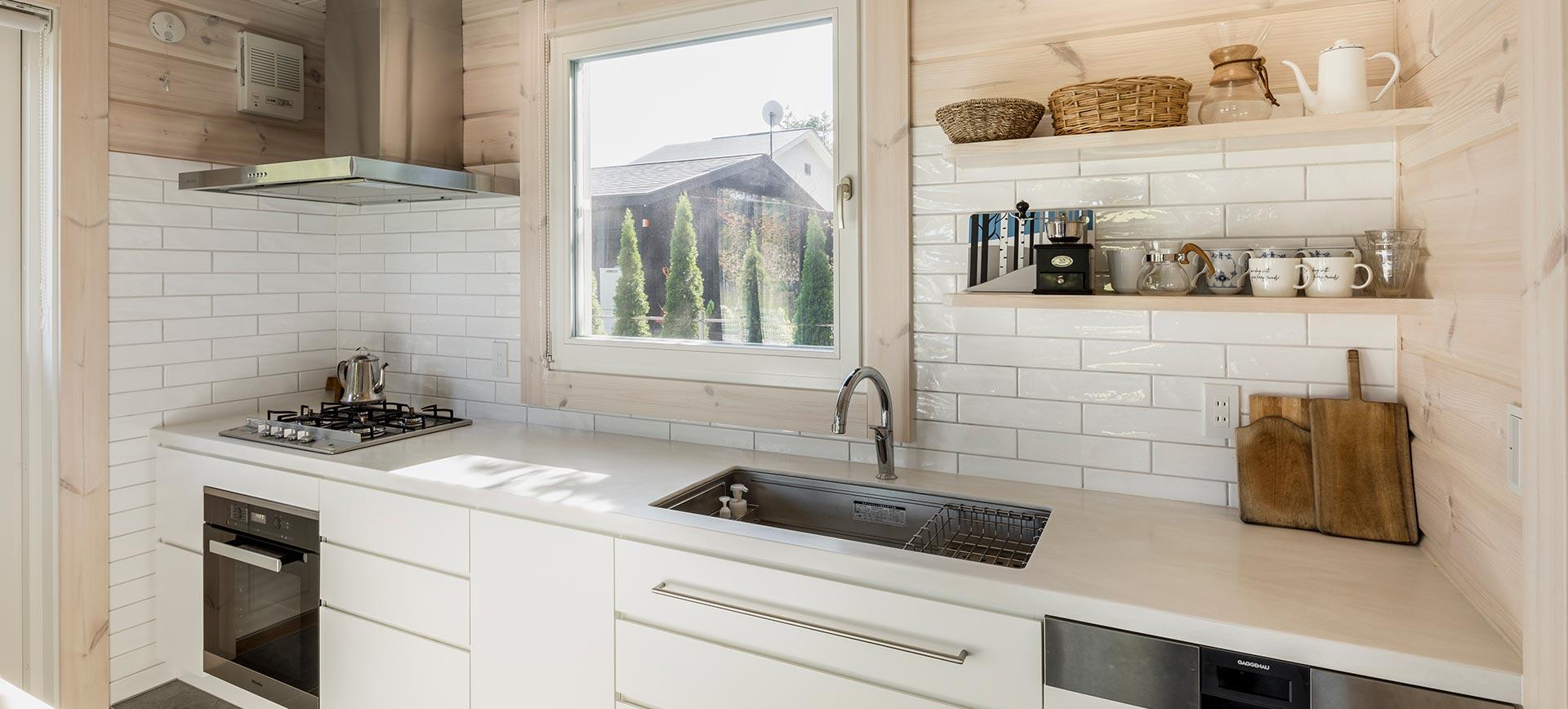 正面に大きな窓を設け、景色と採光を叶えたキッチン
