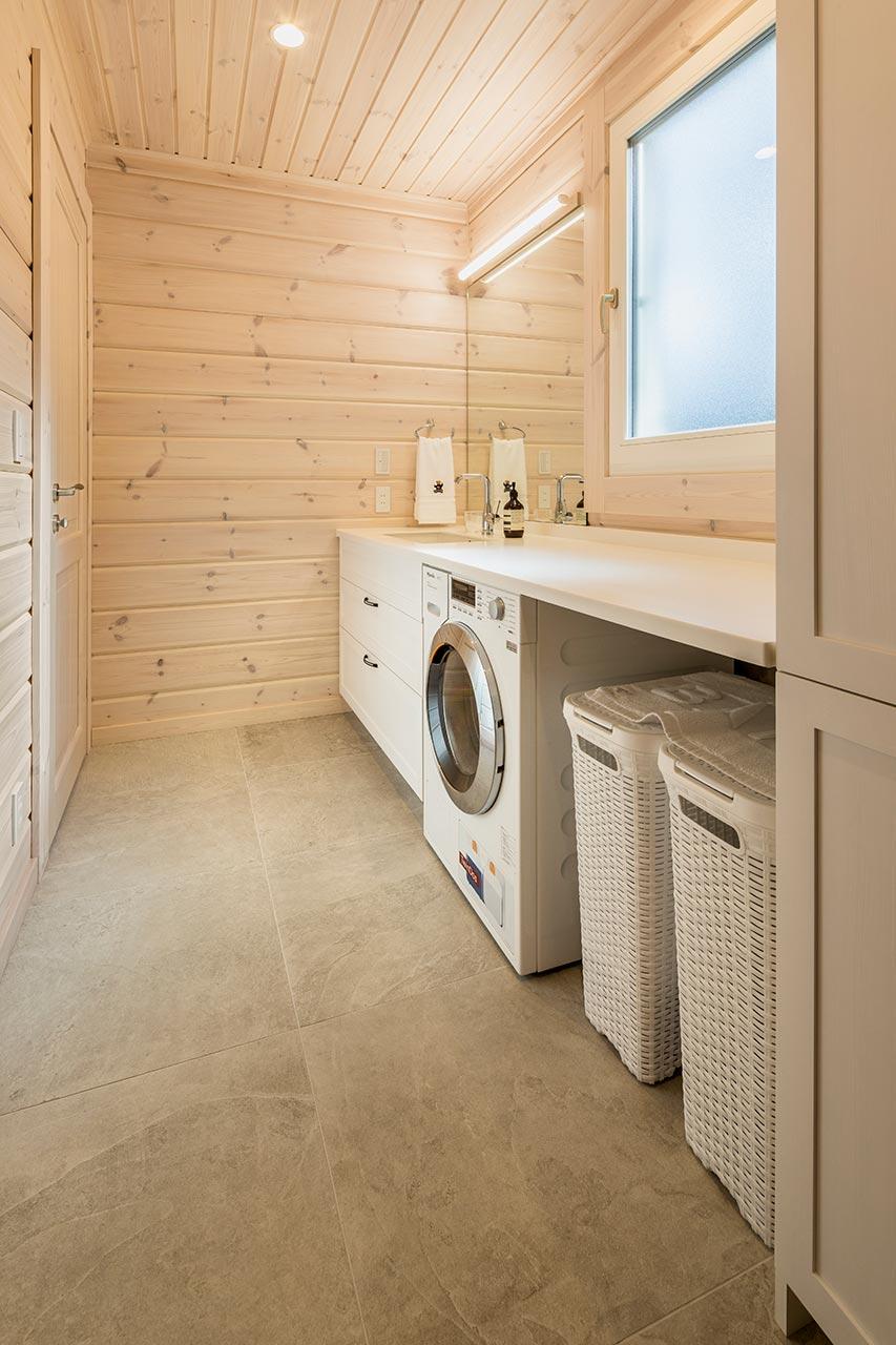清潔感のあるホワイトで統一した明るい洗面脱衣所