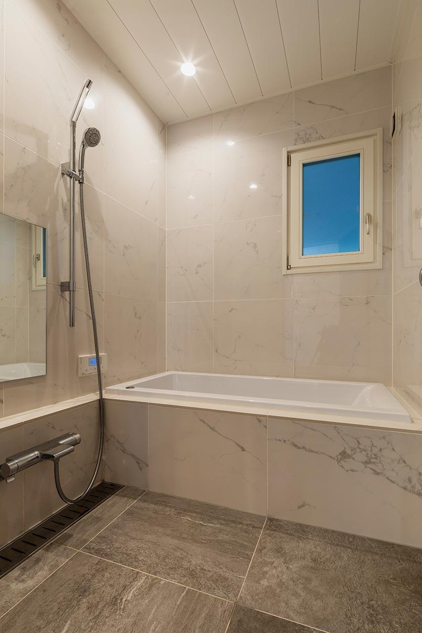 シックな色のお風呂にダウンライトの光がやわらかな空間を演出してくれます
