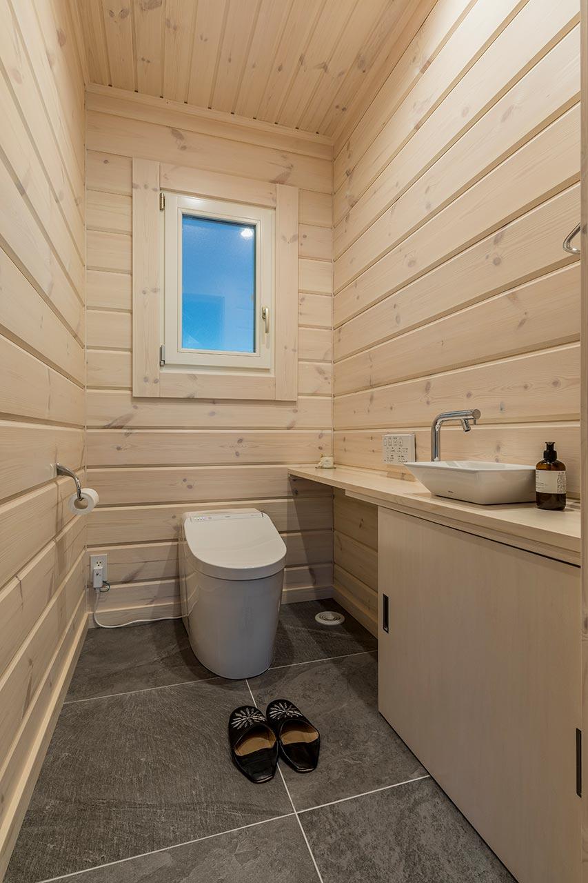 天井が高くすっきりとした印象のトイレ