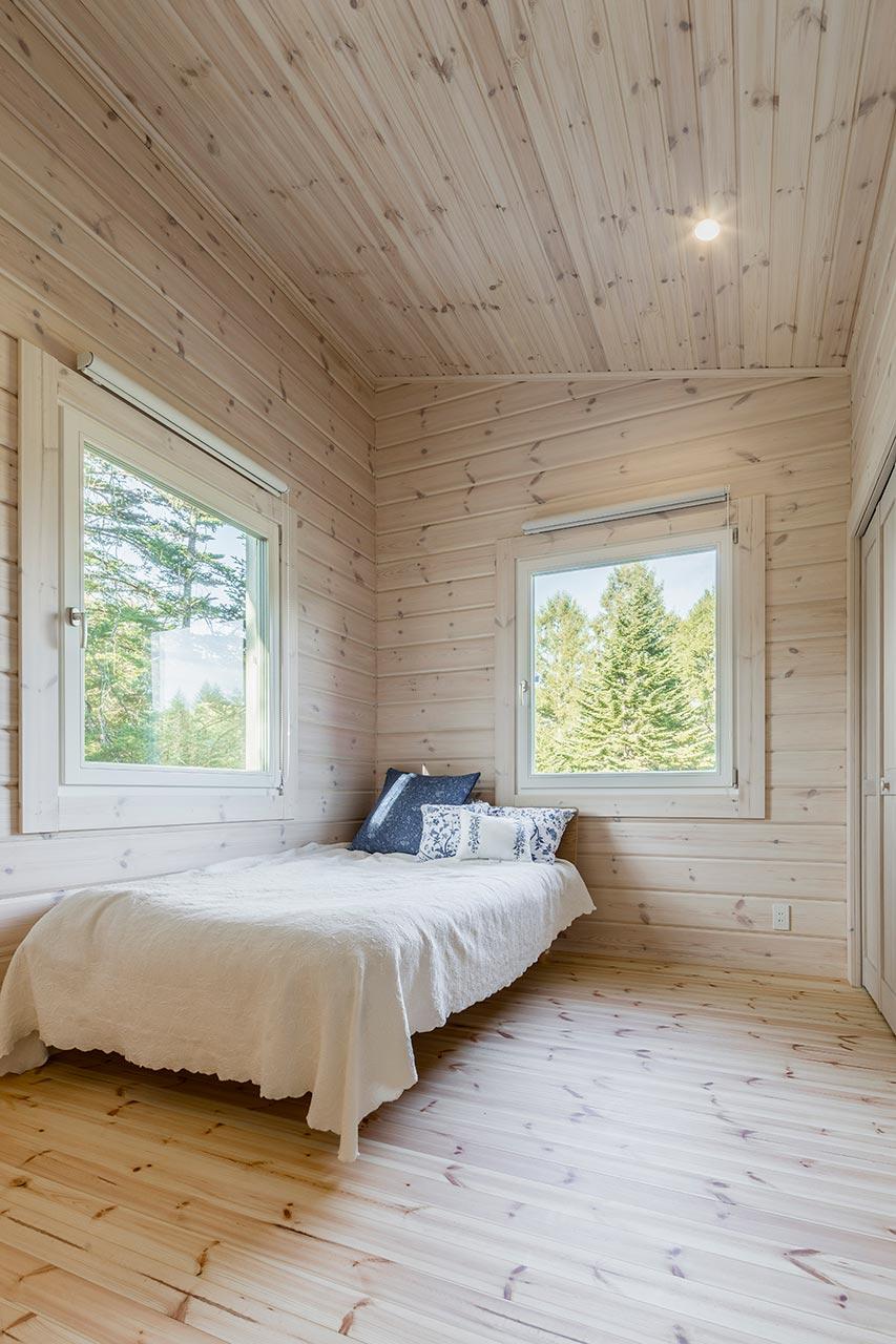 天井が高いベッドルームにも景色を眺める大きな窓を設置