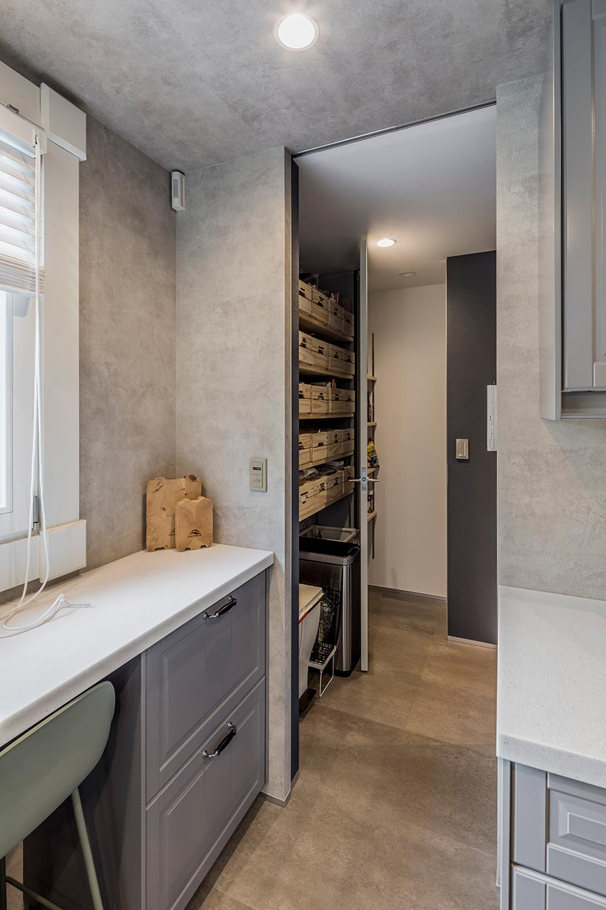 キッチンスペース横には、家事スペースとパントリーを設置