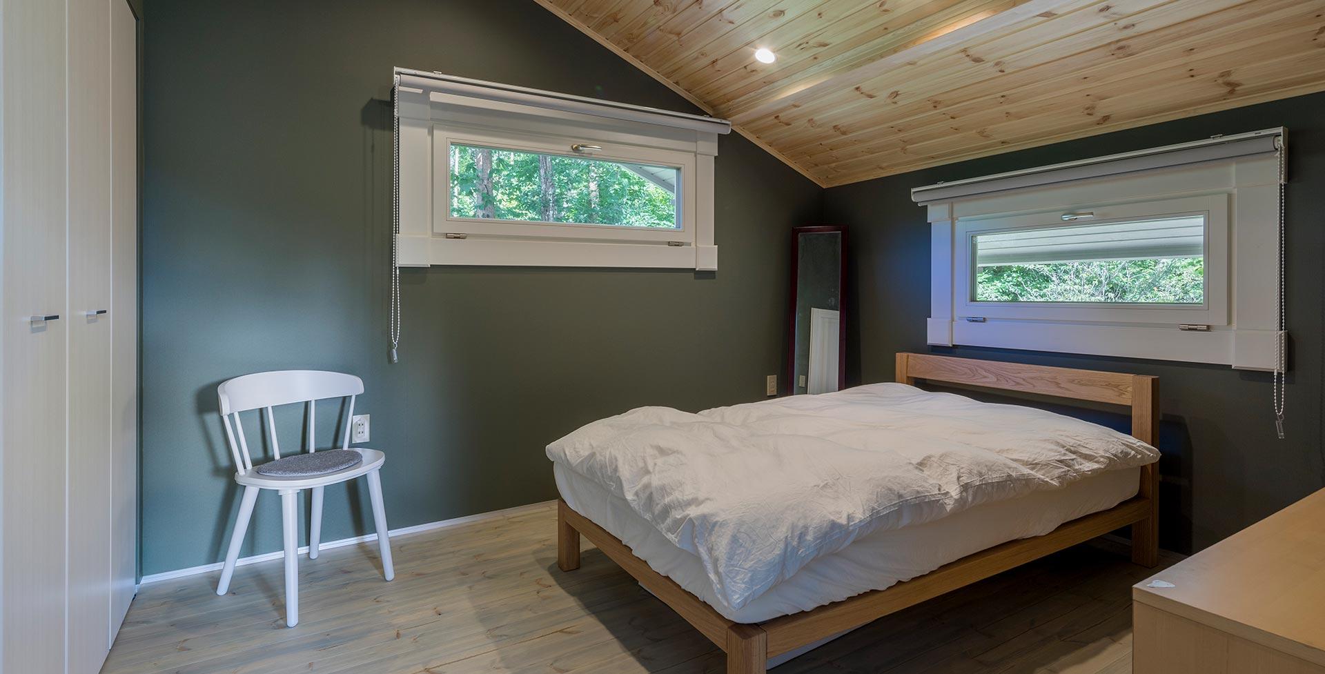 収納スペースも設置されたベッドルーム