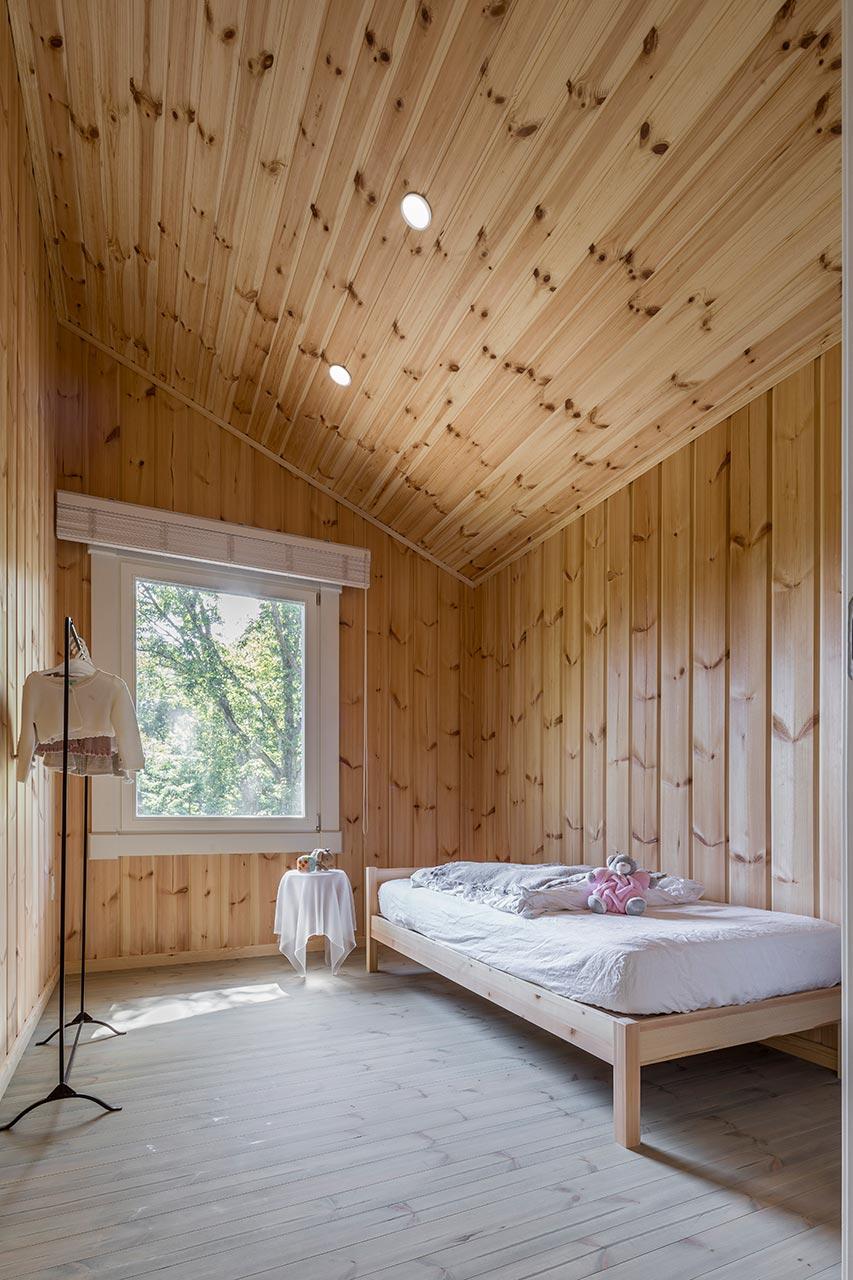 子供の高さからも外の景色を眺められる大きな窓を設置した子供部屋