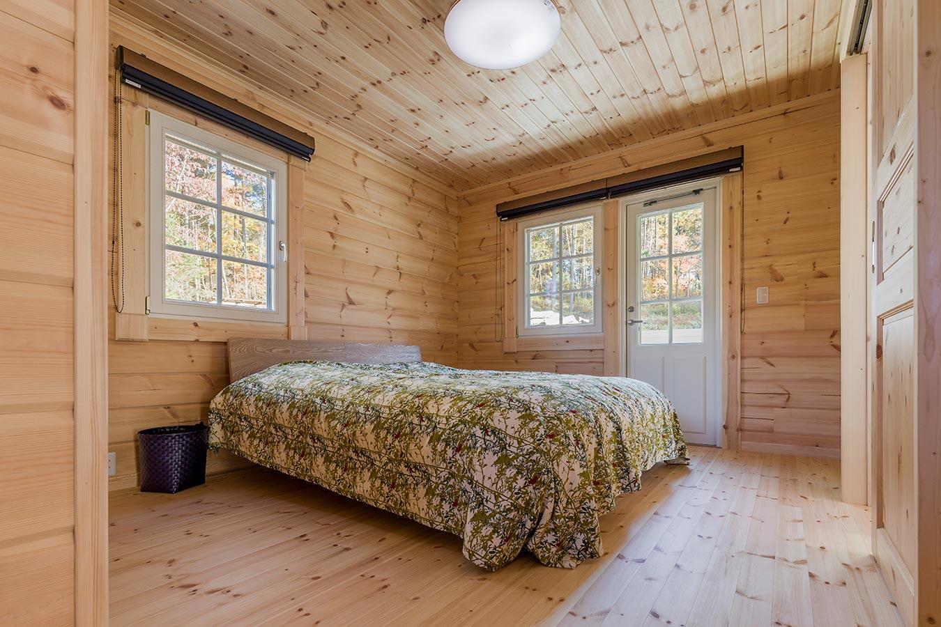景色も楽しめる広々とした主寝室