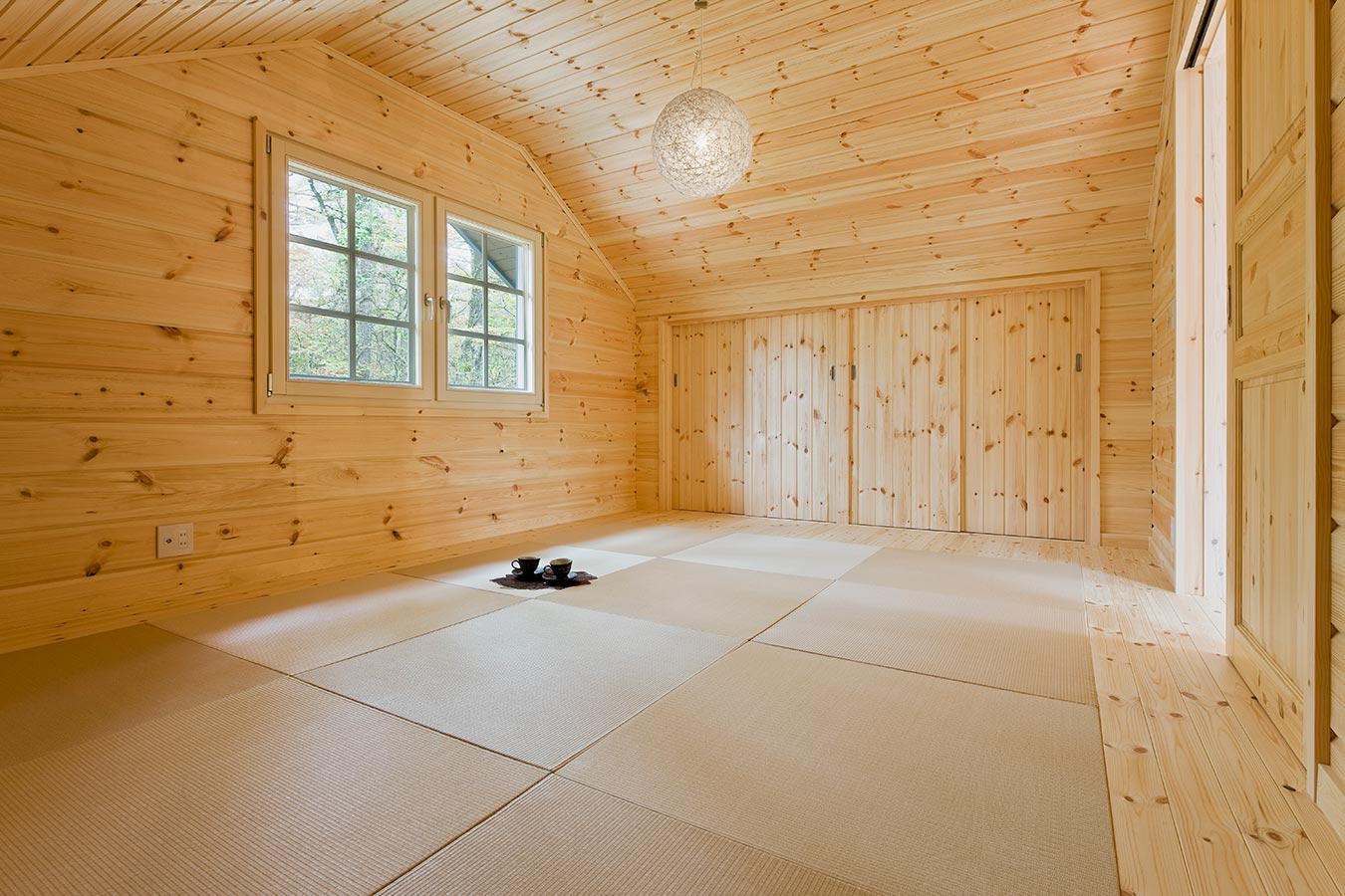 広々とした和室。窓をつたいやわらかな光が室内を明るくしてくれます。