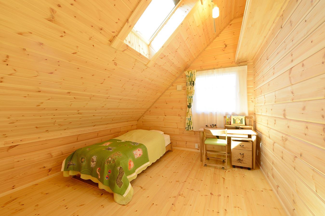 天窓を設置した、明るい空間の子供部屋