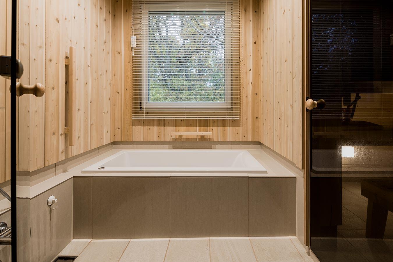 バスルームの壁面に木材を使用。目の前の自然と共に、木の香りも感じられる空間です。