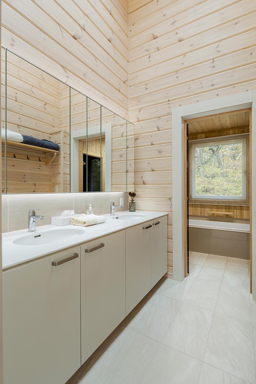 天井の高いレストルーム。三面鏡の洗面台を二つ並べ、収納力も抜群です。