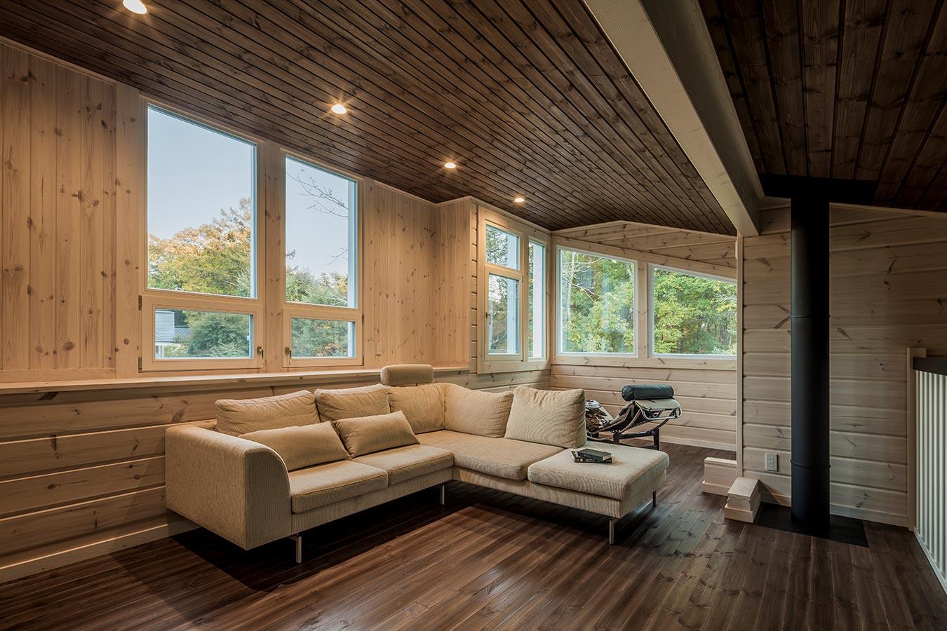 天井と床を、ダークブラウンに塗装し、落ち着いた印象のロフトです。