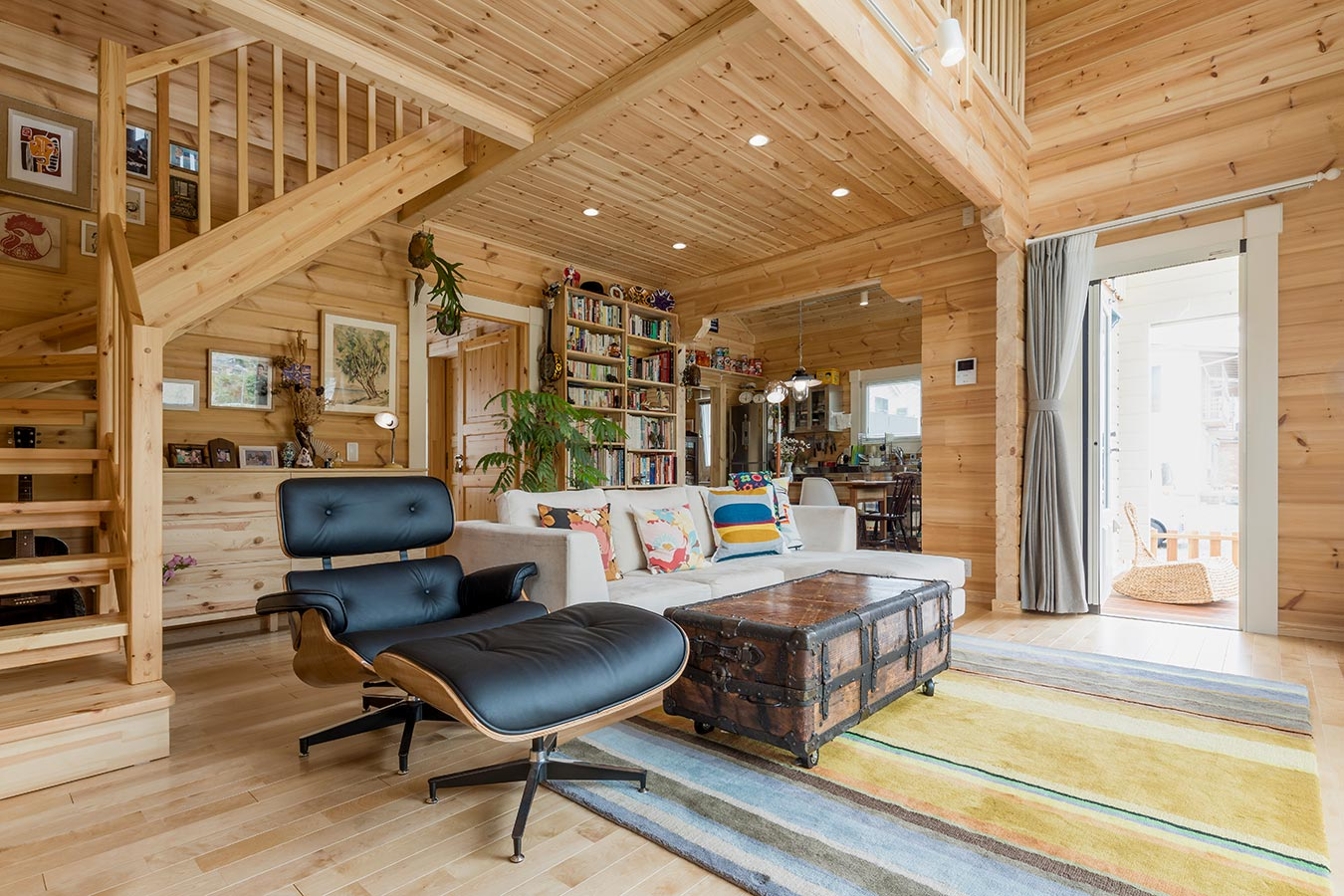 アンティークのコレクションと新しい木の壁が調和した室内