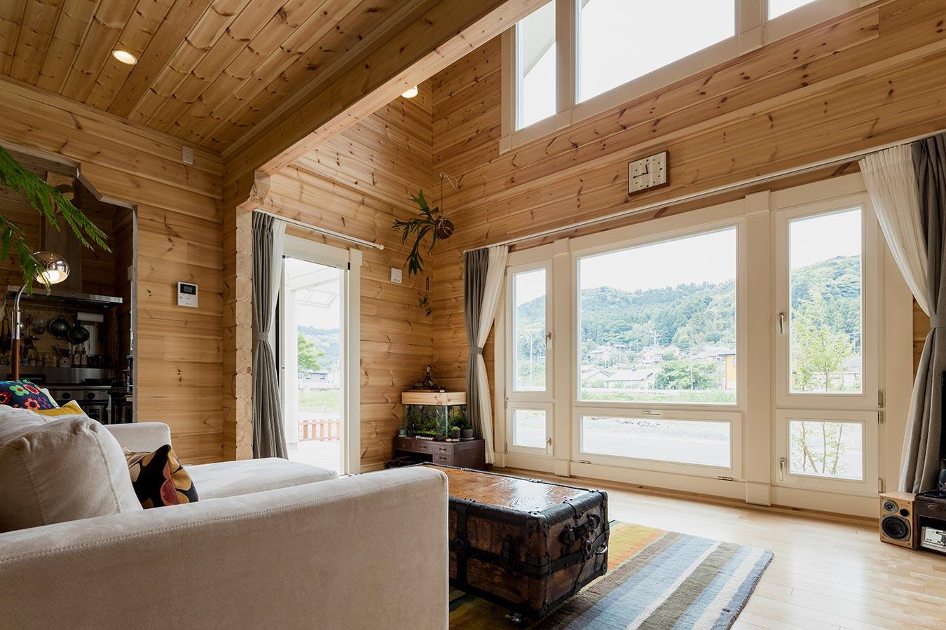 大きな窓の向こうには川と森を望みます