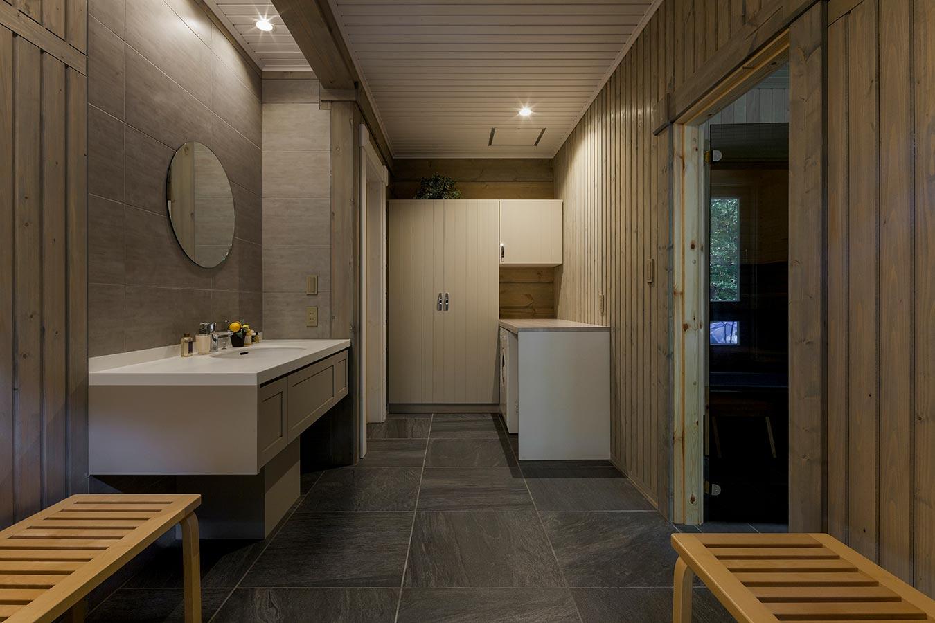 サウナの休憩スペースとしても利用できるレストルーム。広いスペースには収納も充実しています。
