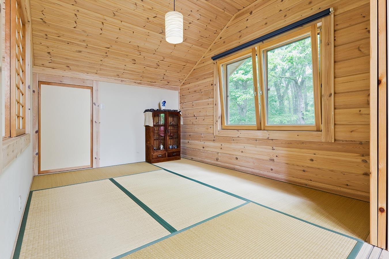 珪藻土の塗り壁とパイン材で構成された2階和室
