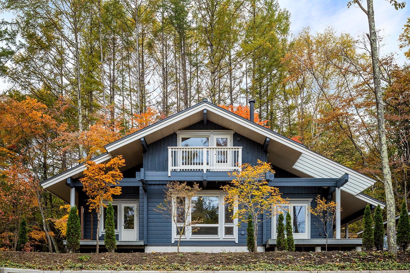 自然豊かな立地に建つ存在感のある邸宅