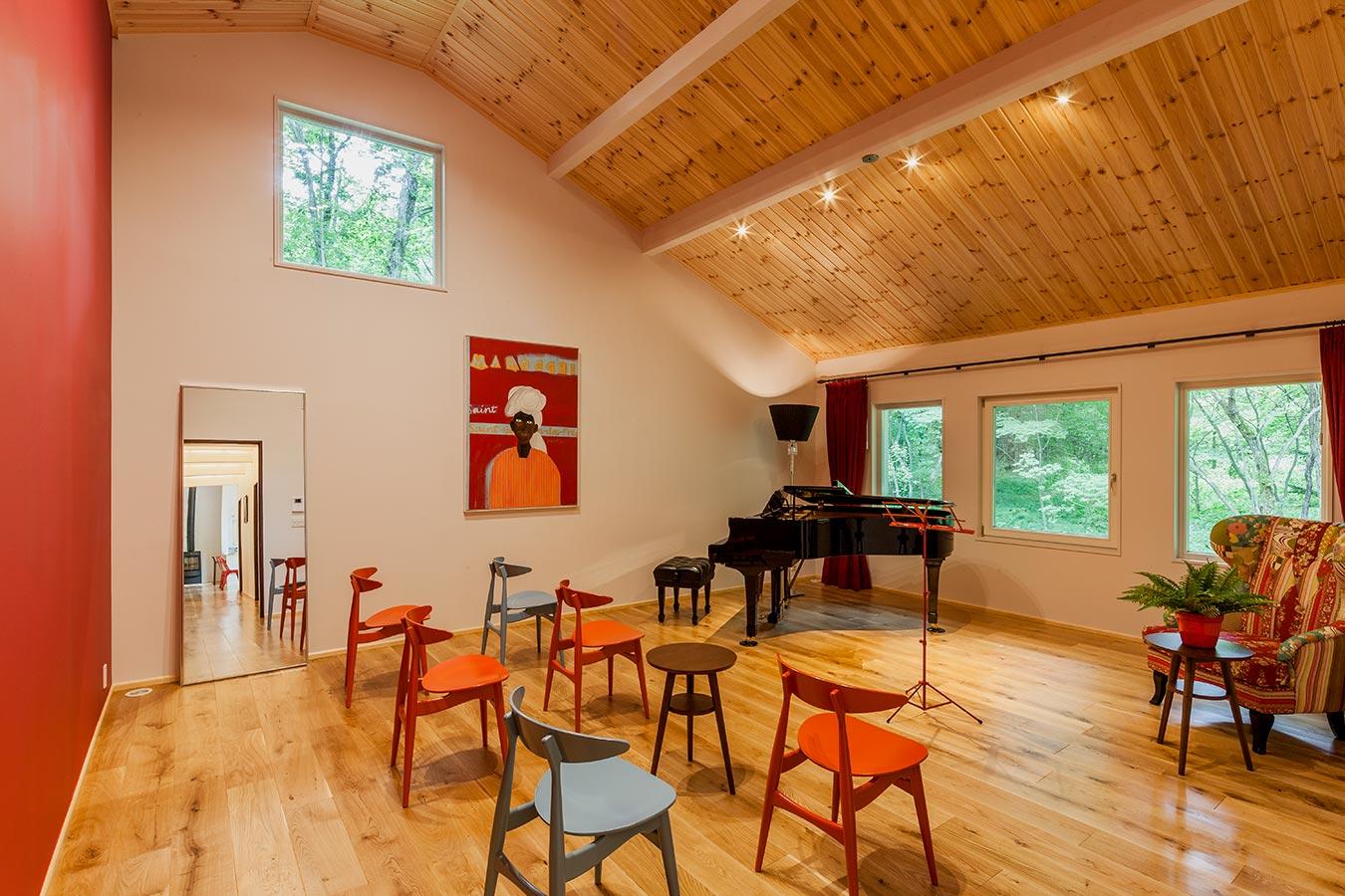緩やかなアーチを描いた天井が柔らかな印象を与える演奏会スペース。