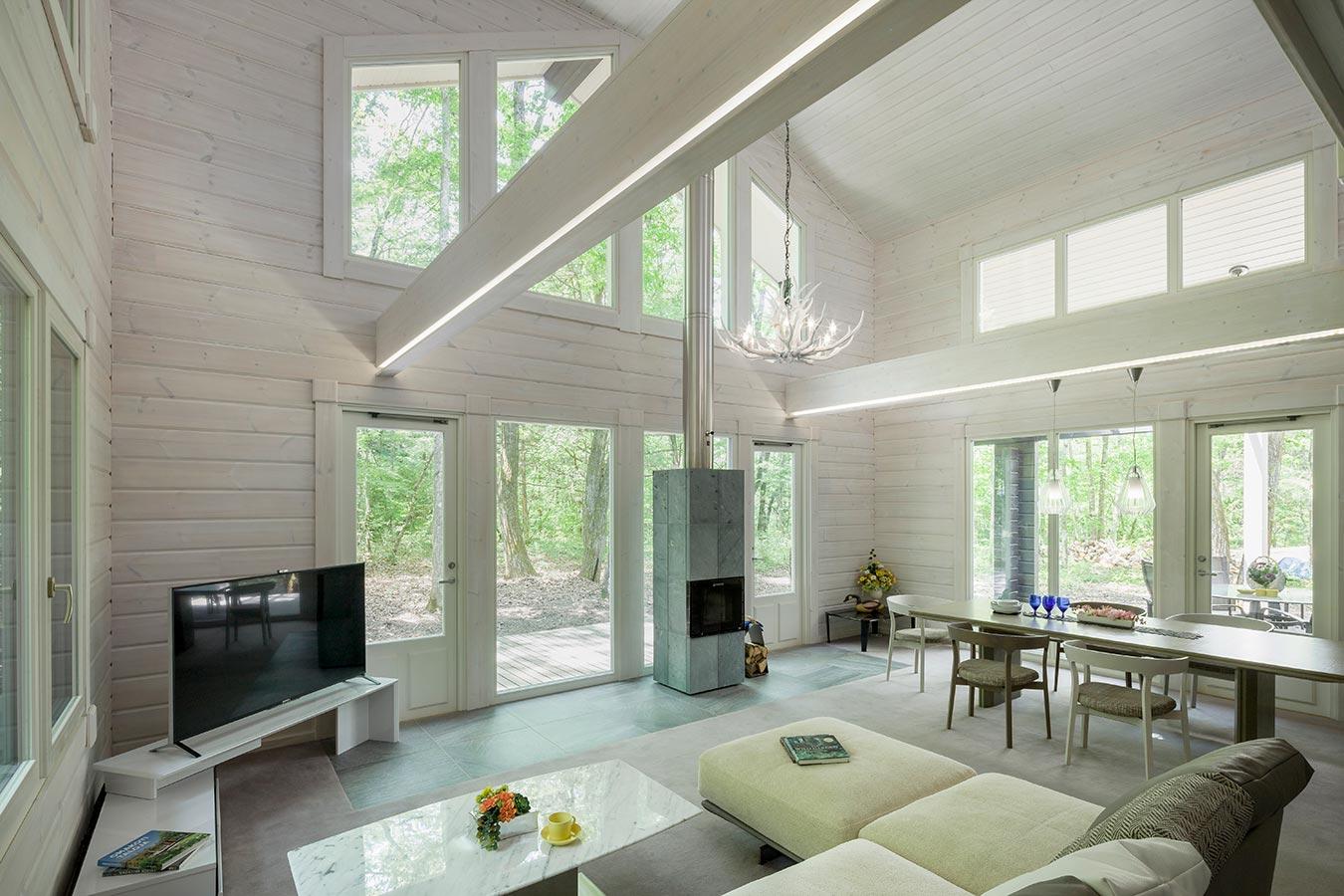 天井際にも窓を配置し、多数の角度から採光を得られます