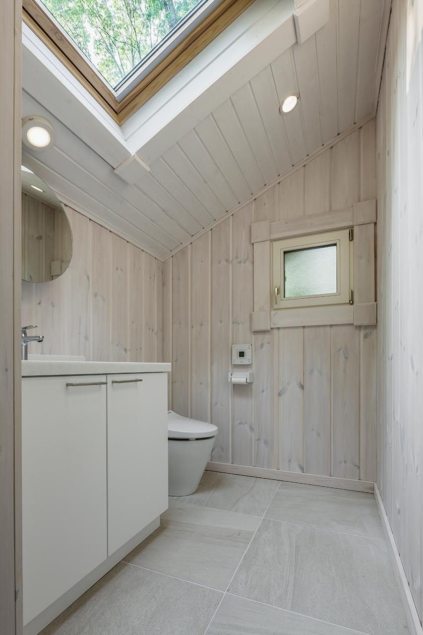 暗くなりがちなトイレも天窓を用いて明るい空間に
